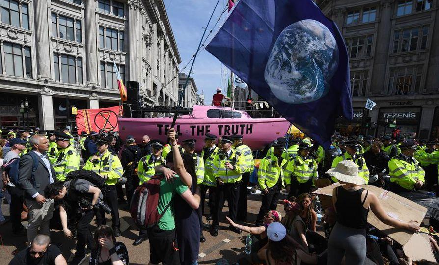 Mielenosoittajat ovat vallanneet muun muassa Lontoon Oxfords Circusin.