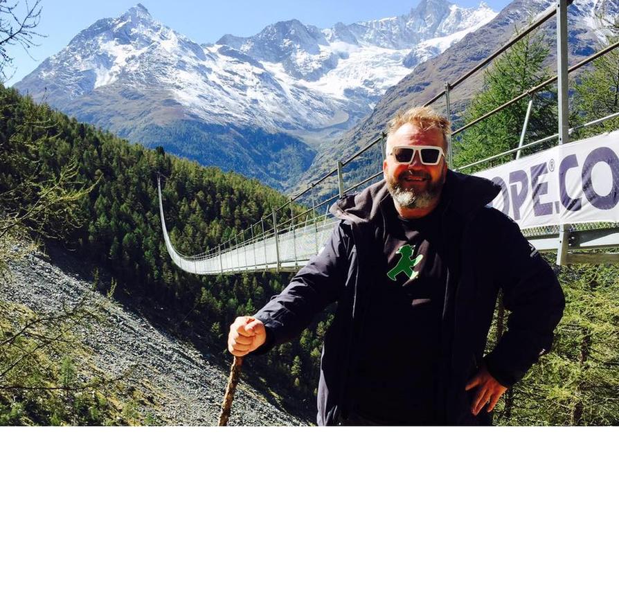 Maailman pisimmän riippusillan edessä Sveitsin Alpeilla.