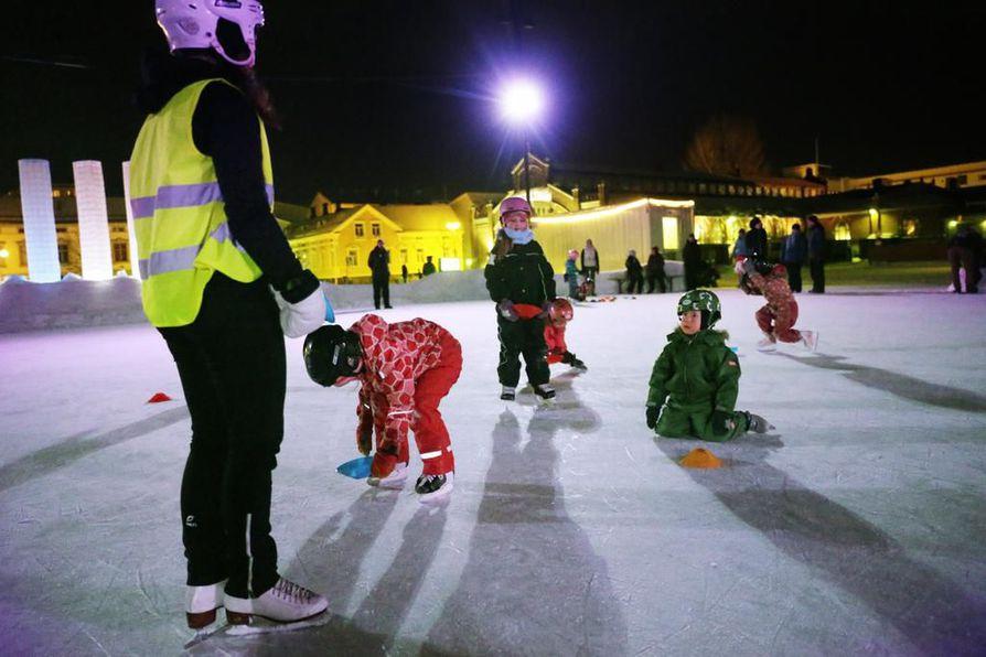 Oulun kaupunki on jo antanut luvan luistelukenttien jäädyttämiseen. Arkistokuva.