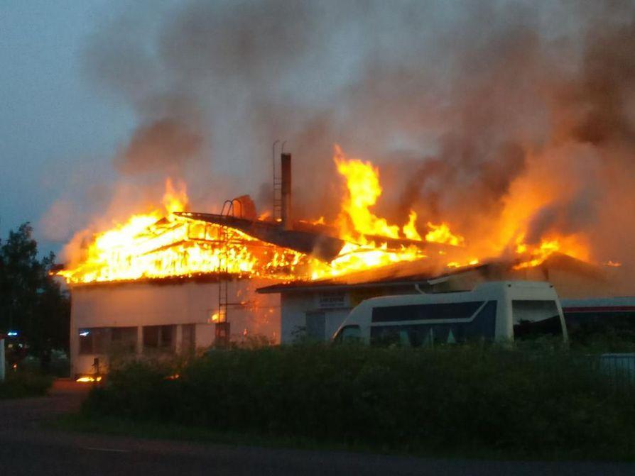 Käkelän linja-auto varikko tulessa Raahessa