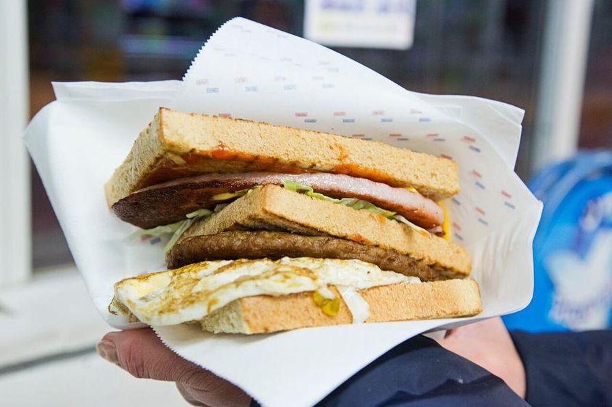 Alkuperäisessä Renussa on jauhelihapihviä, lauantaimakkaraa, juustoa ja kananmunaa pitkittäin leikatun leivän välissä. Tähän päivään modernisoidussa versiossa on myös salaattia ja kastiketta.