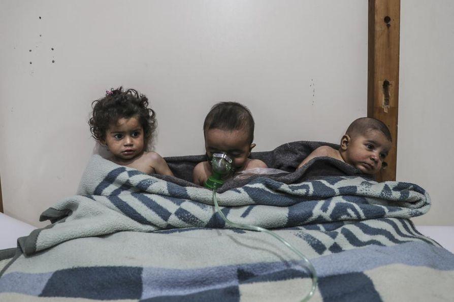Pienet lapset saavat hoitoa kaasuhyökkäyksen jälkeen al-Shifuniehin kylässä Ghoutassa. Lähteiden mukaan noin 18 ihmistä altistui myrkyllisille kaasuille pian sen jälkeen, kun YK julisti maahan tulitauon ensimmäisen kerran tänä vuonna.
