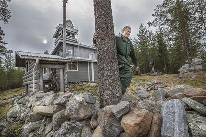 Hirvimaassa saa olla täydellisessä rauhassa – Oululainen Tauno Konttinen rakensi mökkimaailmansa keskelle erämaata, puolen tunnin patikkamatkan päähän