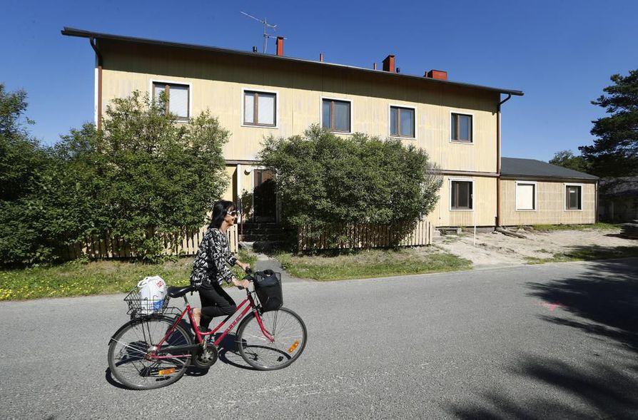 Karjasillalla asuva Mirja Närhi on sitä mieltä, että entinen Riipisen kaupan talo joutaakin purkaa, kun kerran talo on huonokuntoinen ja öljysäiliökin on vuotanut maaperään.