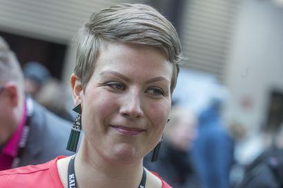 """Vihreiden eduskuntaryhmää johtavan oululaisen Jenni Pitkon feministipaita herätti huomiota kyselytunnilla – """"Kävin varapuhemiehen kanssa hyvän keskustelun pukeutumisesta"""""""