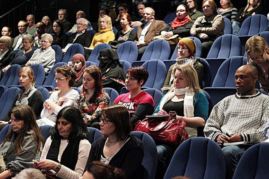 150 ihmistä kerääntyi Oulun kaupunginteatterille keskustelemaan maahanmuutosta.
