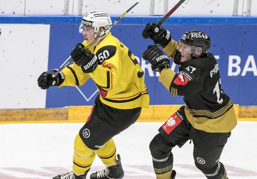 Mika Pyörälä (oik.) otti mittaa ex-kärppä Miika Koivistosta, joka hakee uralleen uutta nostetta Bernistä.