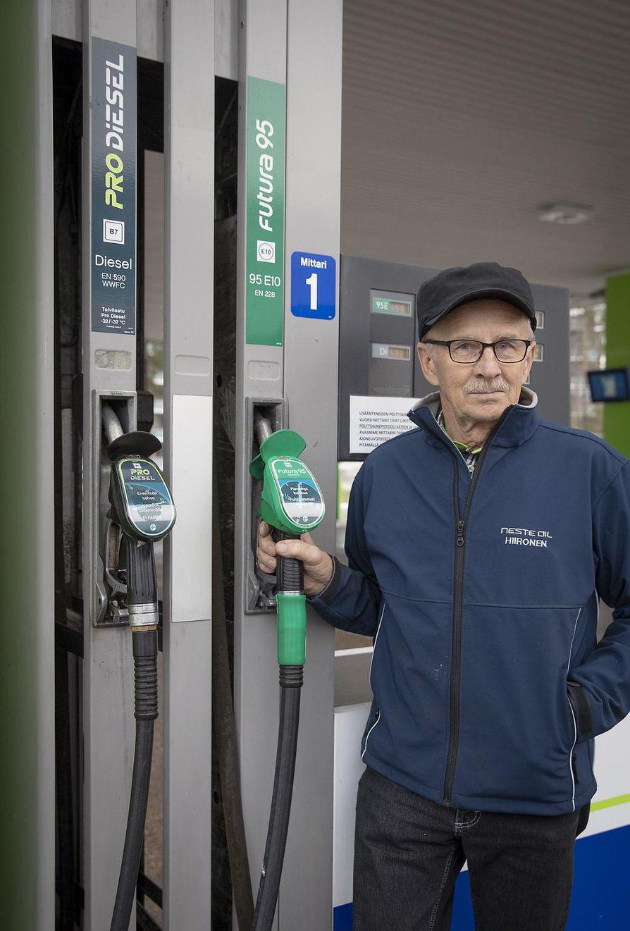 Hiirosen Nesteen Pentti Saukko sanoo, että kiristyvässä kilpailussa huoltoasemayrittäjät vähenevät koko ajan. Hänen mielestään oikeat palvelevat huoltoasemat ovat kokonaisuudessaan merkittävä työllistäjä.