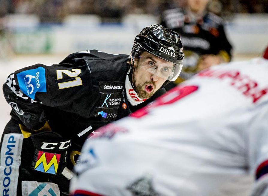 Otto Karvinen teki Kärppien avausmaalin illan ottelun ensimmäisessä erässä.