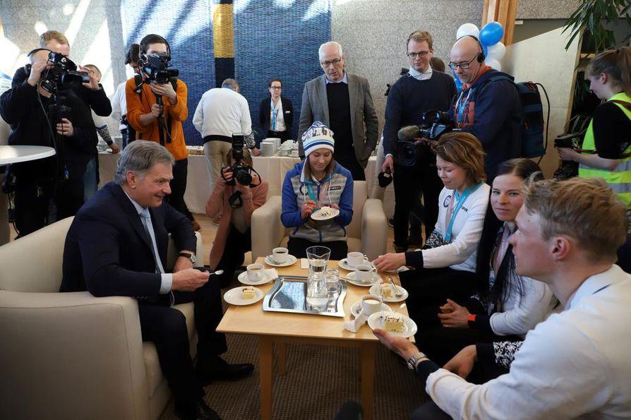 Media seurasi presidentti Sauli Niinistön ja mitalistien kahvittelua paluujuhlassa.