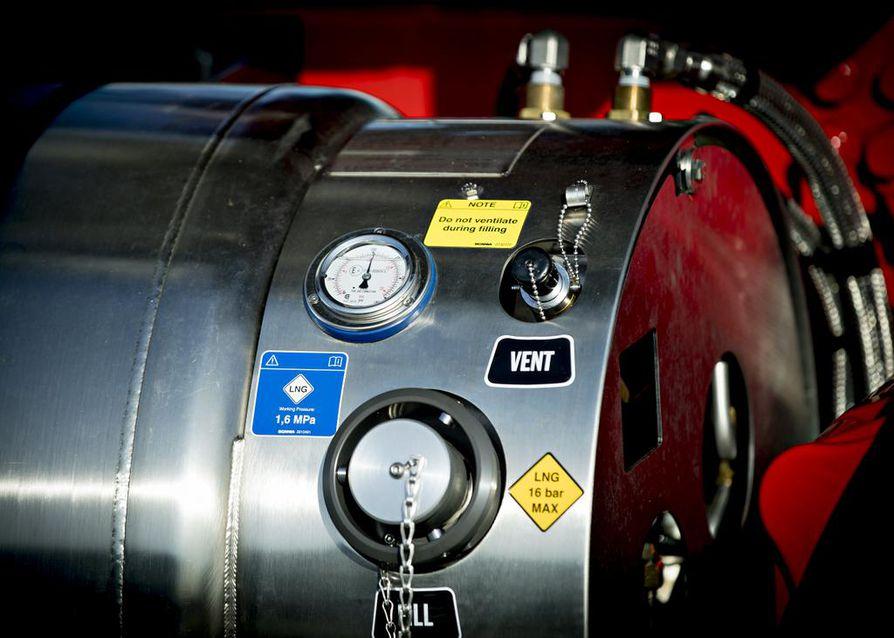 Nesteytetty LNG on alle -162 asteista. 410 hevosvoimaa liikuttaa hyvin 52 tonnin yhdistelmäajoneuvoa.
