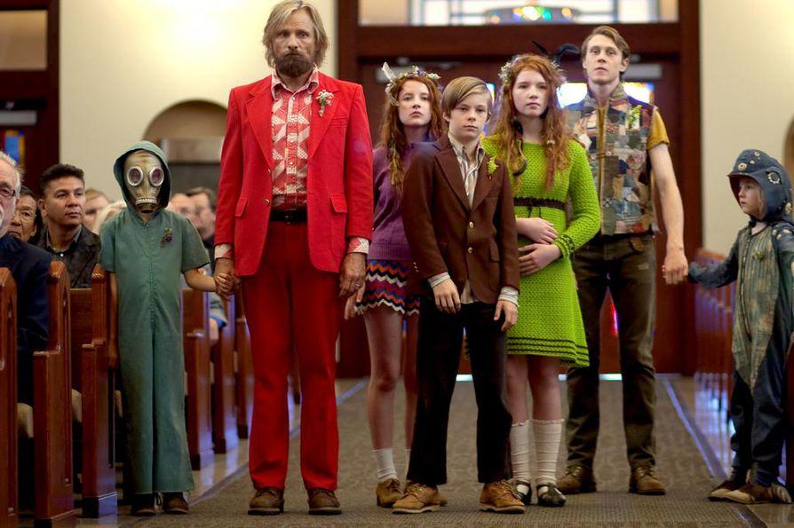 Captain Fantastic on draamakomedia pariskunnasta, joka on muuttanut erämaan metsiin ja koulii kuutta lastaan selviytymään yhteiskunnan ulkopuolella. Tragedia pakottaa isän (Viggo Mortensen) ja lapsikatraan takaisin yhteiskuntaan.