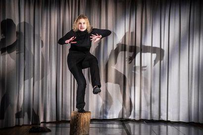 Aurore B:n monologi Everstinna ottaa etäisyyttä Annikki Kariniemeen