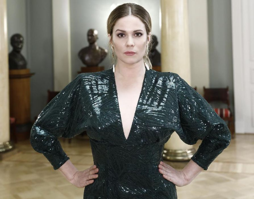 Pihla Viitalalla oli tumma kimalteleva puku.