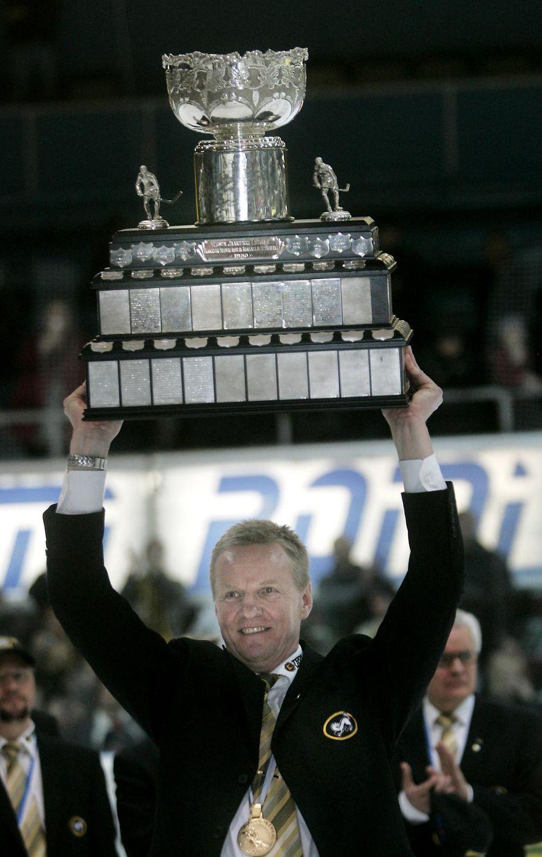 Kari Jalonen ja Kanada-malja keväällä 2008. Jalonen luotsasi Kärpät Suomen mestariksi kolme kertaa.