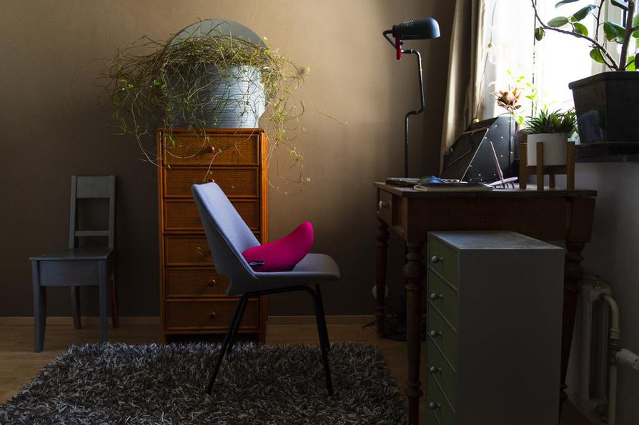 Etätyö on ollut sisustussuunnittelussakin tulevaisuuden trendi jo usean vuoden ajan. Jos ei halua perinteistä työtuolia, esimerkiksi tavallisen tuolin päälle laitettava satulaistuin voi parantaa ergonomiaa.