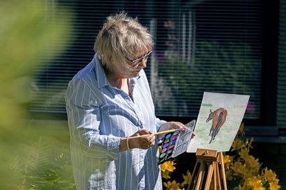 Kun sota-aikana ikävä ja epätoivo oli suuri, toimi hevonen lohduttajana, kirjoittaa tyrnäväläinen hevosharrastaja Marita Suomela