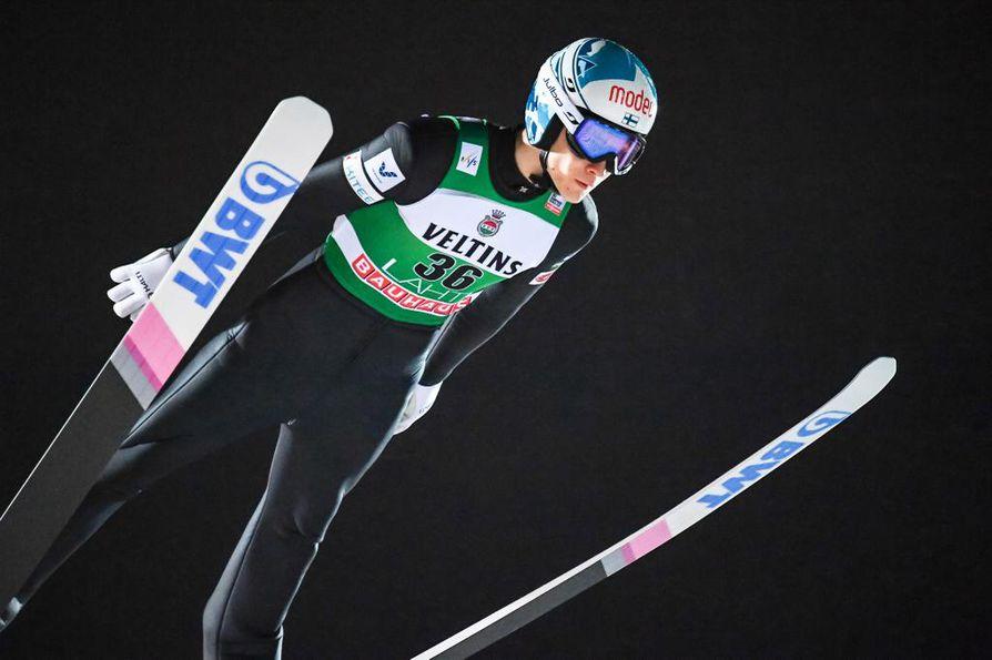 Antti Aalto hyppäsi avauskierroksella 122 metriä.