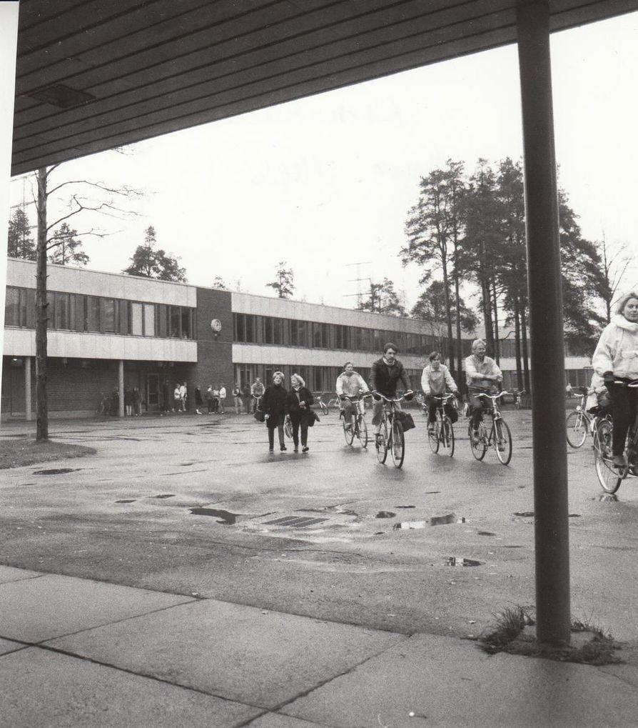 Lassinkallion koulu on päätetty purkaa korkeiden kerrostalojen tieltä.