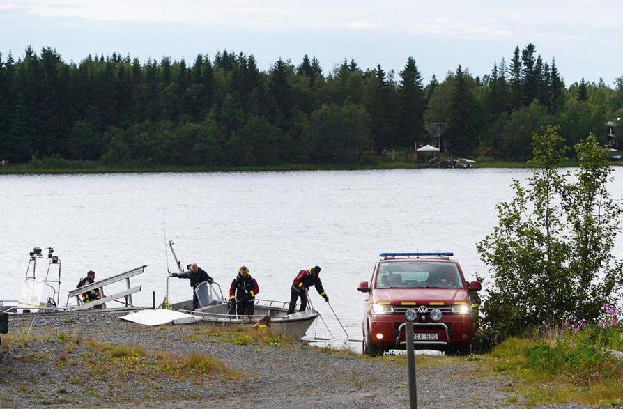 Osia turmakoneesta putosi Uumajanjokeen, josta pelastuslaitos kävi niitä hakemassa sunnuntaina.