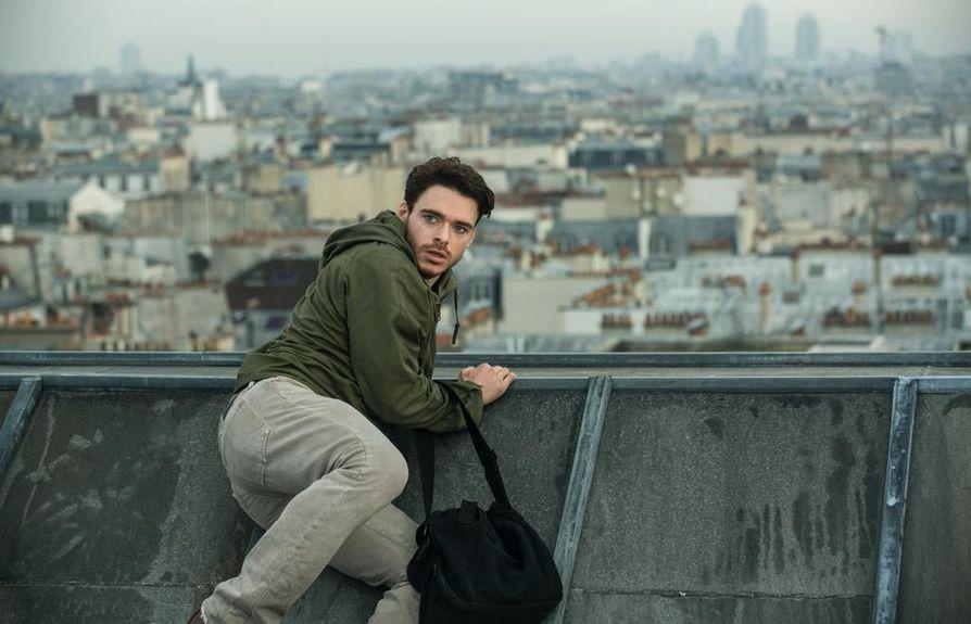 Richard Madden nappaa kohtalokkaan laukun Michael Masonin roolissa. Mason on taskuvaras Pariisissa Bastille Day -elokuvassa.