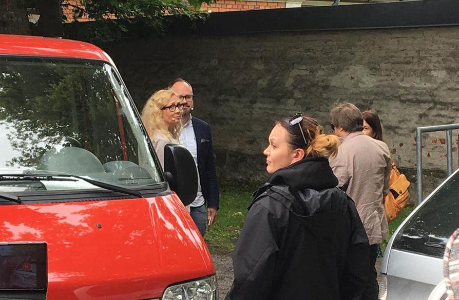 Anneli Auer (vas.) valmistautui Suomi-Areenan haastatteluun toimittaja Tuomas Enbusken kanssa esiintymislavan takana.