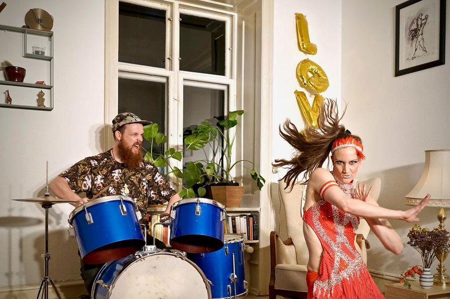 Taneli Törmä on Odensessa Tanskassa asuva tanssija-koreografi, joka loi kollegalleen Hilde I. Sanvoldille ja itselleen discotanssiesityksen Open your Heart. Esityksessä tanssii myös yksitoista discotanssin jatkotason ja edistyneen tason harrastajaa Oulun seudulta.