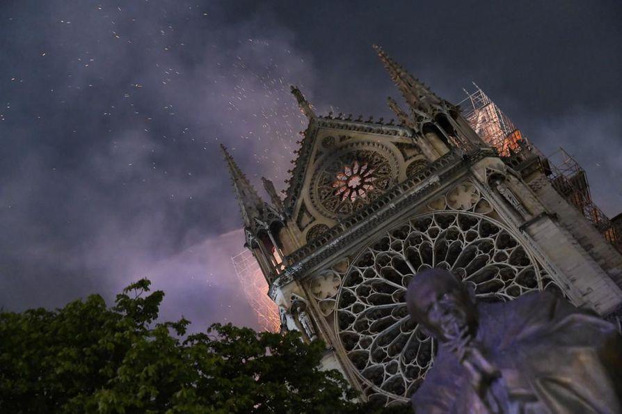 Notre Damen tulipalo levisi räjähdysmäisesti katedraalin ullakolla.