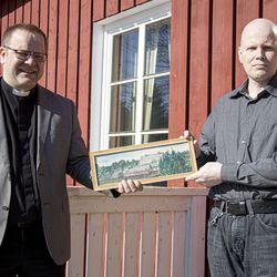Pala Siikajoen historiaa talteen – taulu pappilan pihapiiristä pääsi salin seinälle