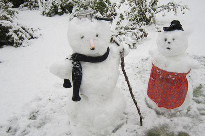 """Syyskuun lukijakuvassa patsastelevat Haukiputaan lumiukot – """"Jotain hupaista piti keksiä, kun lumi tuli niin aikaisin"""""""
