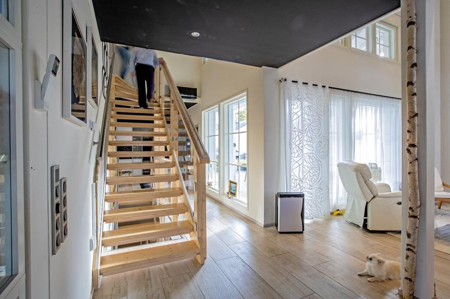 Valoisan talon salaisuus on monet persoonalliset ikkunat  ja korotettu katto. Aito koivunrunko pilarikoristeena on Maria Murtomäen idea.