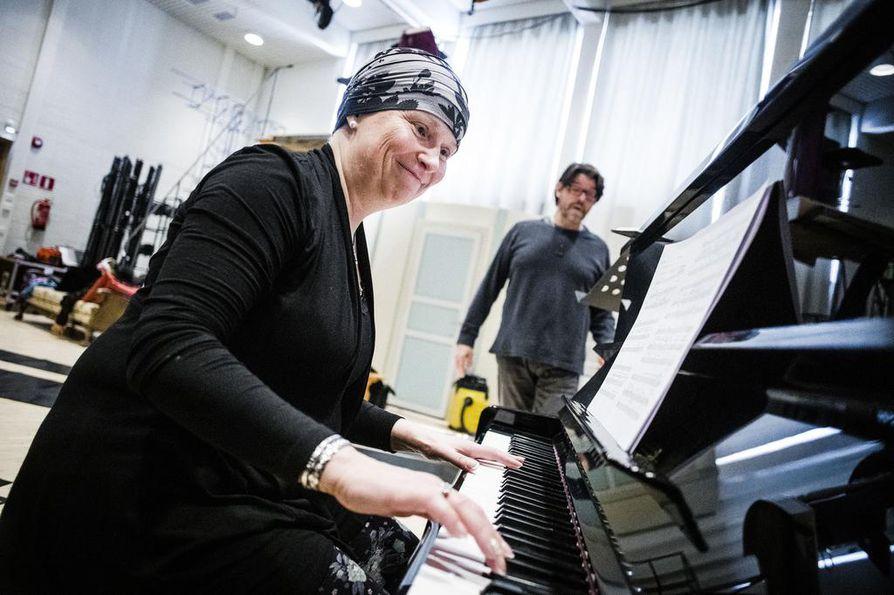 Musiikki auttaa unohtamaan kivut, huolet ja stressin. Kun CVT-opettajaksi opiskeleva Sari Alakulppi pitää laulutuntia Rovaniemen teatterin näyttelijälle Markku Könkäälle, hän ei muista sairastavansa syöpää.