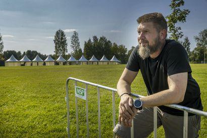 Kuuska soi -festivaalille myyty noin 7000 lippua – järjestäjän mukaan merkittävin turvallisuustoimi on tilava alue, jokaiselle osallistujalle on varattu oma pöytäpaikka