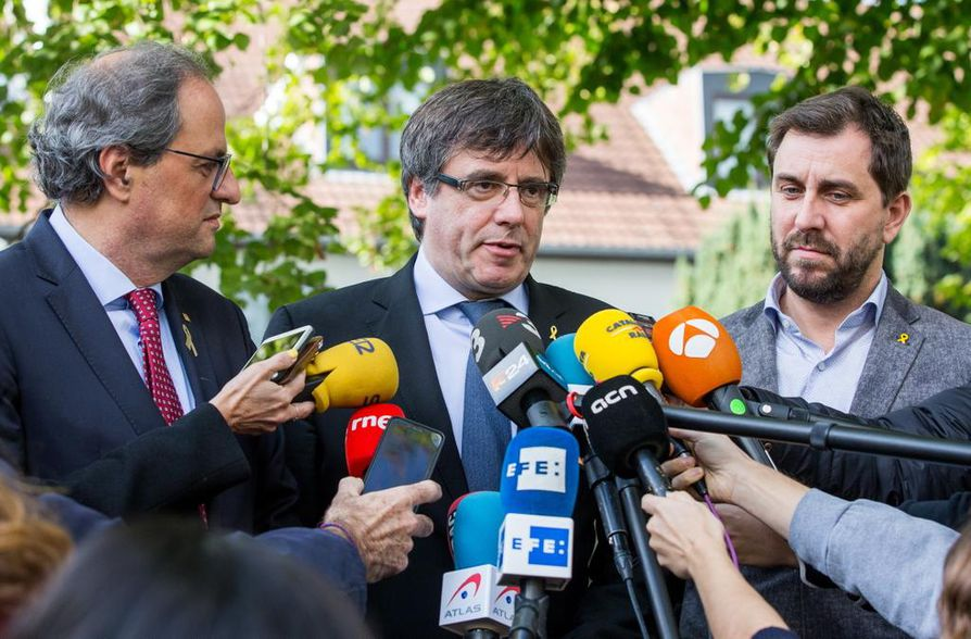 Katalonian nykyinen aluejohtaja Quim Torra (vas.) tapasi Belgiaan paenneet Carles Puigdemontin ja Toni Comínin (oik.) viime maanantaina Waterloossa.