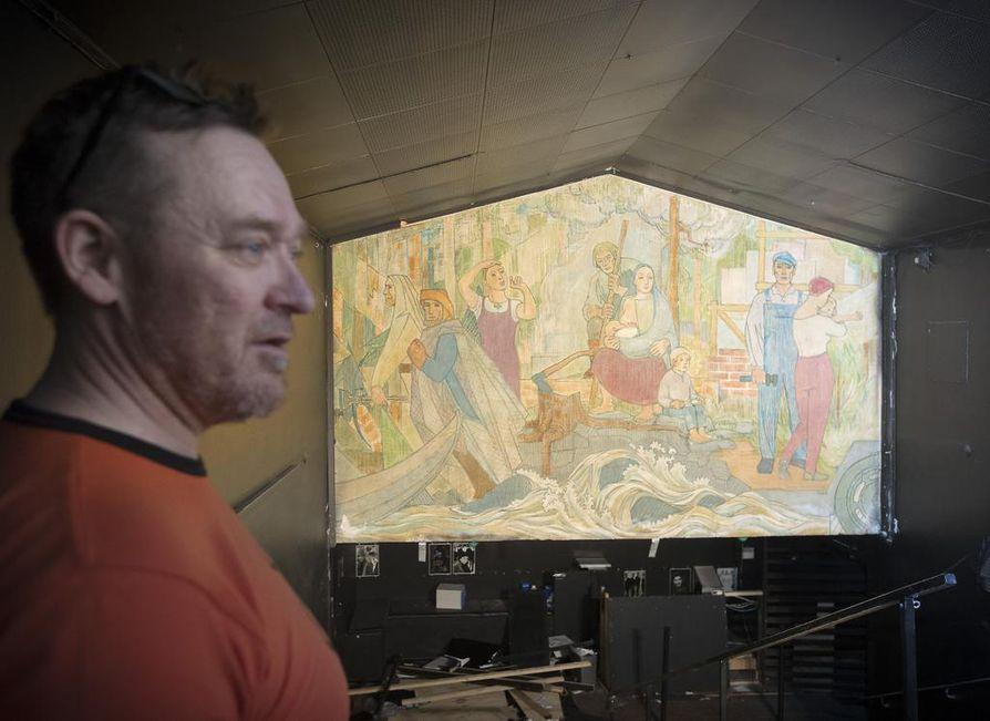 """""""Nyt näemme maalauksen viimeisen kerran livenä. Kun nyt laitamme tänä iltana oven kiinni, tänne ei enää ole asiaa"""", Rene Tauriainen kertoo."""