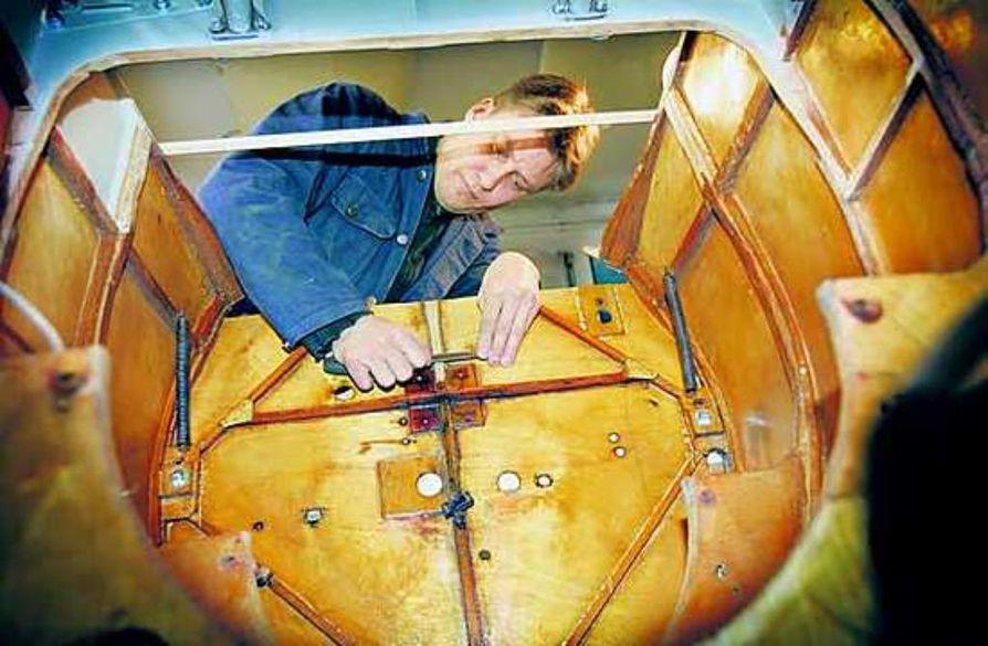 Sami Kahilakoski kunnostaa itselleen raadosta lentokoneen.