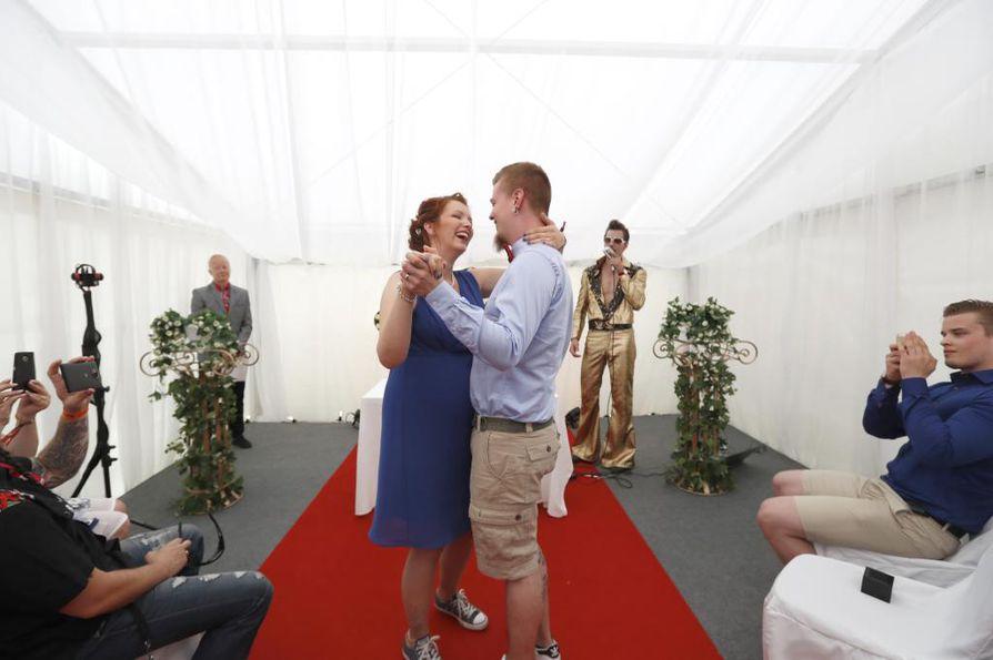 Jenni ja Joni Lalli aikoivat ensin mennä naimisiin maistraatissa, mutta muutti mielensä, kun kuulivat Qstockin hääpalvelusta.