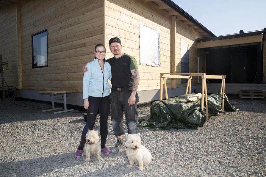 Jenni Hynnä ja Tero Tikkunen ovat vastanneet rakenteilla olevan hirsitalonsa sisustustöistä pitkälti itse.