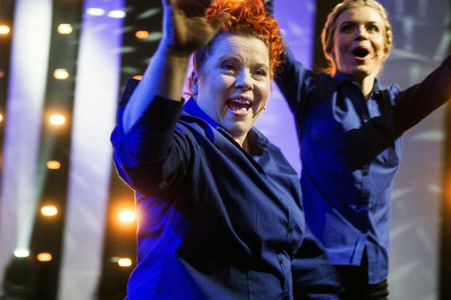 Jee! Kiti Kokkonen ja Alina Tomnikov toivottavat yleisön tervetulleeksi muutamaa minuuttia ennen kuin suora lähetys MTV3-kanavalla alkaa.