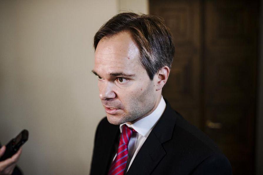 Sisäministeri Kai Mykkänen (kok.) sanoo toivovansa, ettei pakkopalautuksiin puuttuminen yleisty.