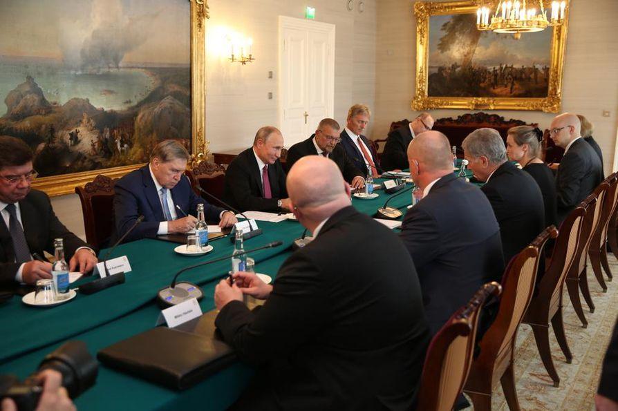 Vladimir Putinin ja Sauli Niinistön on määrä keskustella kansainvälisistä kysymyksistä. Keskusteluissa molemmilla on paikalla delegaatio, mutta presidenttien on määrä keskustella kahden kesken muun muassa illallisella.