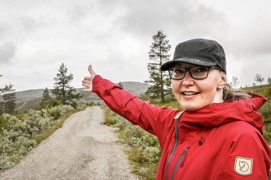 """Puistomestari Tuija Makkonen kertoo, että sorapolut pitävät retkeilyn kurissa. """"Ainahan suuri määrä matkailijoita näkyy luonnossa jonkin verran, esimerkiksi kulumavaurioina tunturissa."""""""