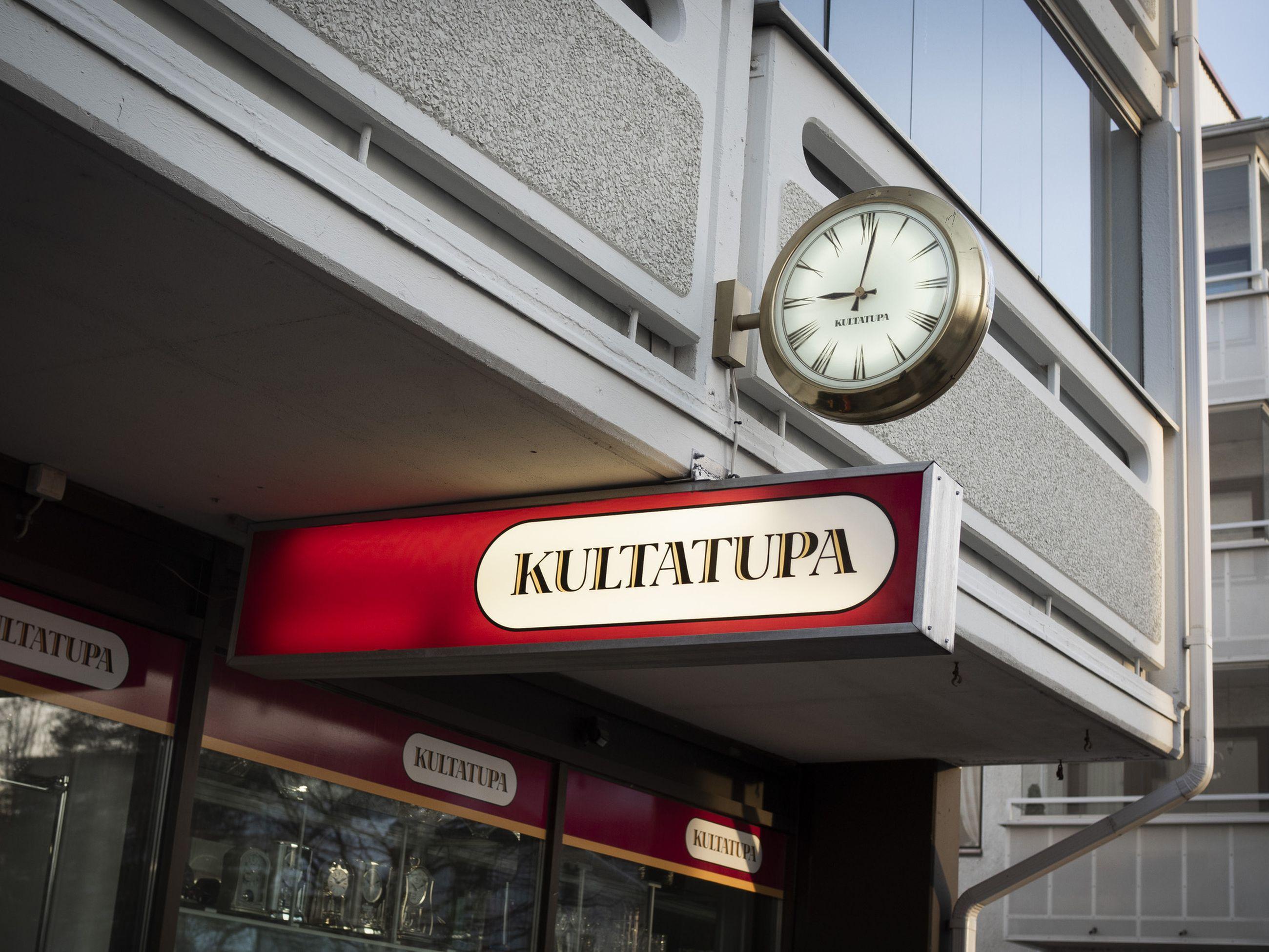 Kultasepänliike Kultatuvan edustalla tikittää yksi Rovaniemen harvoista viisarikelloista. Liike on sijainnut samalla paikalla 90-luvun alusta saakka.