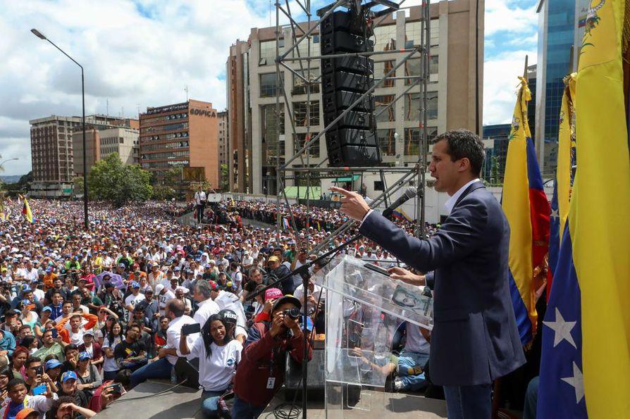 Venezuelan parlamentin puhemis Juan Guaidó julisti itsensä keskiviikkona tuhansien ihmisten edessä maan presidentiksi.