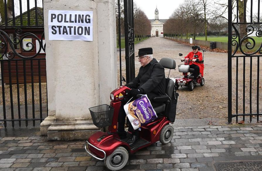Chelseassa eläkeläiset kävivät äänestämässä vaikka rollaattorin kyydillä.