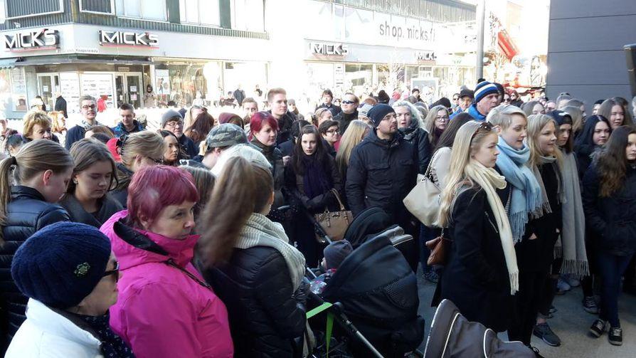 Väkeä kerääntyi Valkean avajaisiin Oulun keskustaan torstaiaamuna.