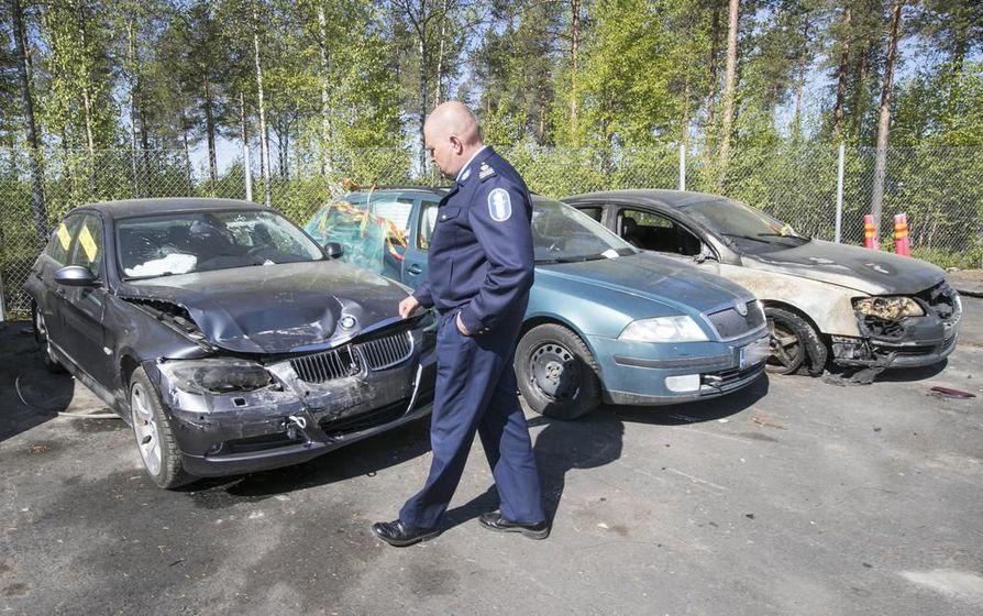 Komisario Tarmo Kangastalo tunnisti lunastettujen kolariautojen seasta tutkijalautakunnalle tuttuja ajoneuvoja.
