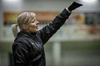 """Sarjansa ainoa: """"Koen, että on aika kova tie tulla naisvalmentajana ylöspäin"""", RoPS:n 31-vuotias päävalmentaja Liisa-Maija Rautio sanoo"""