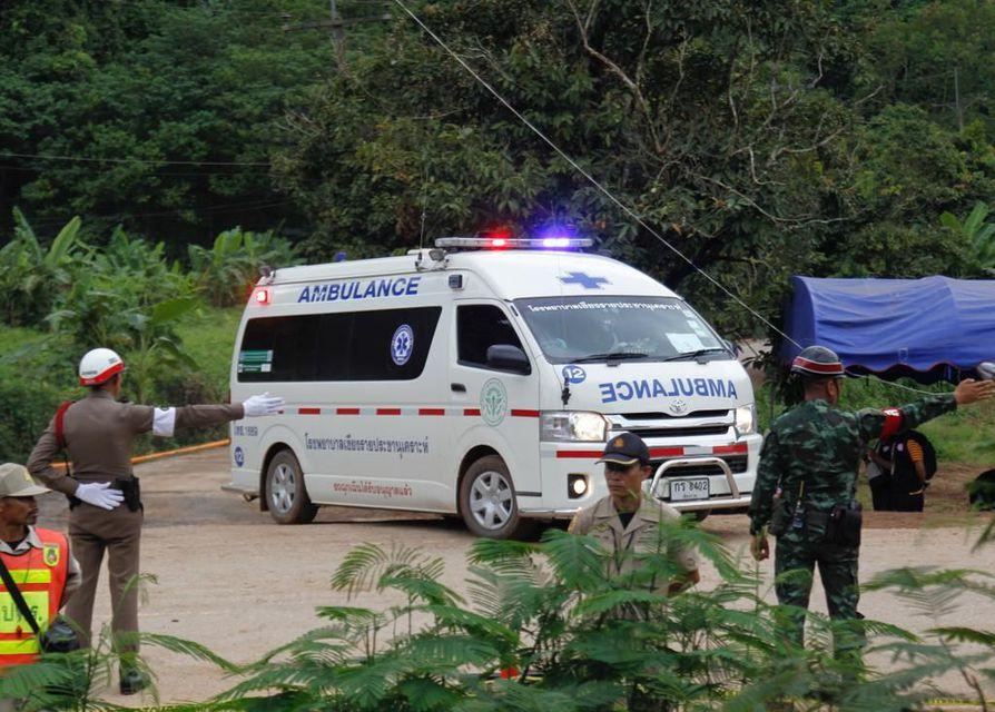 Pojat kuljetettiin pelastusoperaation jälkeen ambulanssilla sairaalaan.
