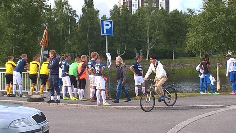 Ottelun pelaajat poistuivat stadionilta pelivarusteet päällä.